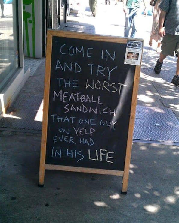 Straatbord met anti-reclame die toch nieuwsgierig maakt Bron: http://www.huffingtonpost.com/2012/06/28/yelp-worst-meatball-sandwich_n_1633755.html