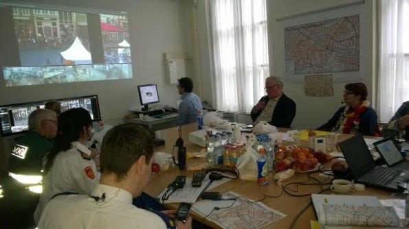 Bij het veiligheidsoverleg tijdens carnaval in 's Hertogenbosch waarbij online media één van de informatiestromen was, zaten de betrokken organisaties bij elkaar.