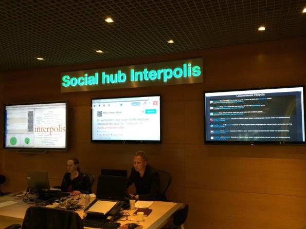 De social hubbij Interpolis met links het interactieve touchscreen