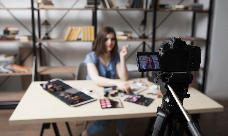 vrouw-make-up-vlog-opnemen